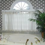 Huge Garden Tub w/ jacuzzi jets.........loved this!