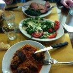 Carne guisada al estilo florentino, al fondo carne de cerdo