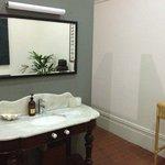 """bagno della """"upstairs gallery room"""""""