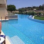 swim up pool suite