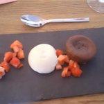 Sjokoladefondant med vaniljekrem og jordbær