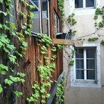 Blick durch ein Treppenhausfenster in den Innenhof