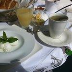 Gezond ontbijt met veel keuzeopties en kun je op eigen kamer op balkon eten