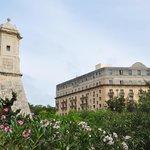 Vue sur l'hôtel depuis le jardin du Phoenicia