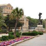 Le Phoenicia depuis le Il-Mall jardin public