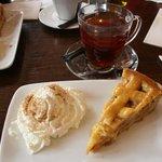 torta di mele, tea e panna montata con cannella