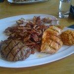 vier soorten vlees waar salade en frietjes bij werden geserveerd