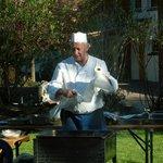 Der Koch in seinem Element am Grillabend