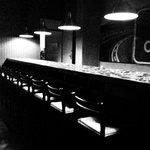 Coole Bar mit einen freundlichen, lustigen Barkeeper