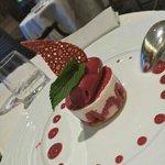 Sablé, framboises, glace aux fruits rouges et mousse au fromage blanc
