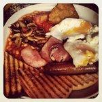 English breakfast servido en una cafetería próxima