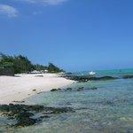 Strandbereich ausserhalb vom Hotel links