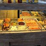 buffet des entrées copieux et varié, fruits de mer bien sûr!