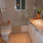salle de bain chambre jaune