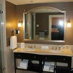 Banheiro com tv no espelho