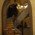 eine elegnate Dame wandelt auf der Treppe