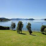 Vista del lago desde el parque del Hotel