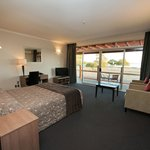 One Bed Lake Unit - Queen & 2 Single Beds