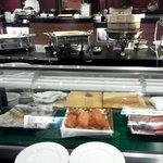 プレミアムダイニングの夕食。握り寿司・天ぷら・ローストビーフなどは実演