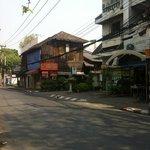 panneau signalant l'hôtel qui se trouve à droite au fond de la ruelle