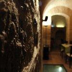Las piedras originales de la pared, en las cuevas