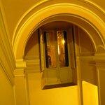 l'escalier qui monte à l'étage-hôtel