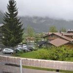 Aussicht vom Zimmer, leider Berge verhangen. Hotelparkplatz