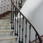 Красивая мраморная лестница (но лифт есть).