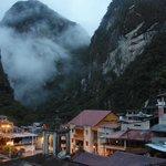 部屋から見たマチュピチュ山の背、朝5時過ぎ