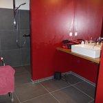 Badkamer zonder drempels en/of douchebak.