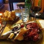 Käse, Salami und Prosciutto, dazu ein Glas Brunello