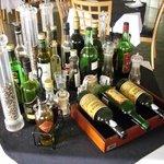 Ein schön gedeckter Tisch mit verschiedenen Weinen; Ölen und Gewürzen