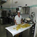 la Signora Anna cucina le lasagne verdi rigorosamente fatte in casa
