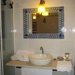 il lavello del bagno: praticamnete in camera