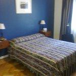 habitacion amplia,agradabemente decorada,con aire acondicionado y calefaccion