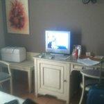 La mesa y el Tv.