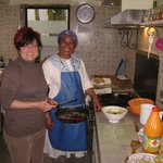 con Fatima en la cocina