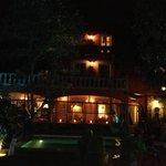 villa rivera de noche