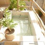 petit bassin d'eau sur la terrasse