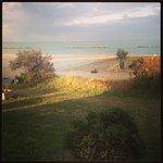 la spiaggia davanti all'hotel vista dalla terrazza