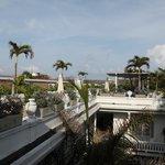 La terrasse avec transat et piscine