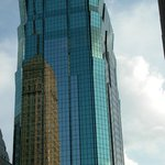 La torre dell'hotel si specchia nei grattacieli