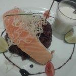 Saumon cuit à l'unilatérale, riz violet et sauce lait de coco