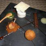 """ala de pollo con pasta de chorizo, terrina de morcilla con piña, """"alheira"""" de Santa María con hu"""