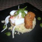 tabouleh de couscous, tempura de pulpo, escabeches de calamar, pimienta y emulsión de ajo francé