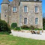 Zijkant van het kasteel, gezien vanaf het grasveld.