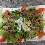 salade des îles avec son œuf poché