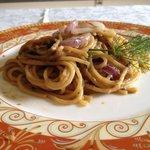 spaghetti con crema di melanzane e cipolla rossa di Tropea