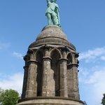 Ter informatie, Het zwaard alleen al is zeven meter lang en het gewicht van het standbeeld is ru