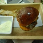 Hamburguesa con chips de yuca